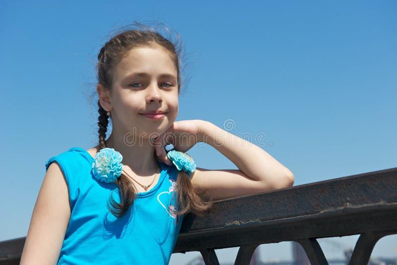 Meisje in een blauwe kleding voor een gang royalty-vrije stock foto