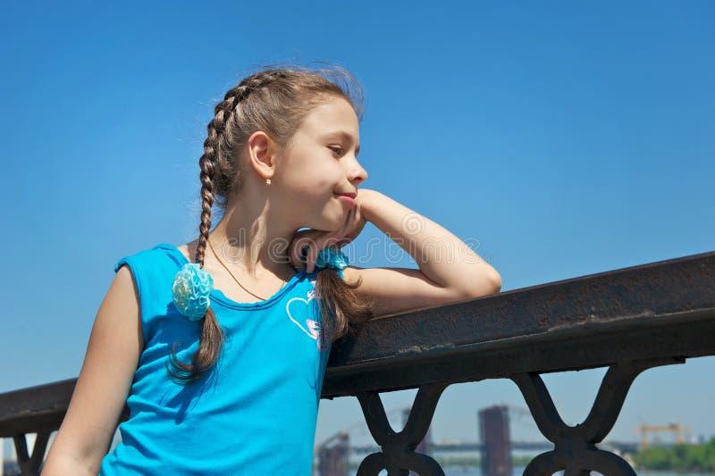 Meisje in een blauwe kleding voor een gang royalty-vrije stock fotografie