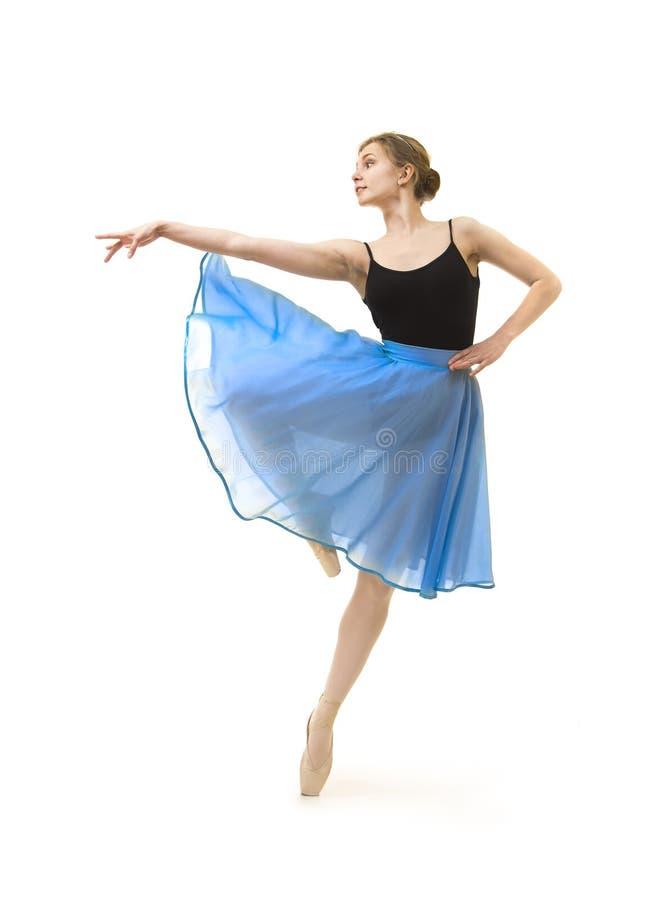 Meisje in een blauwe rok en een zwart ballet van de maillotdans stock foto