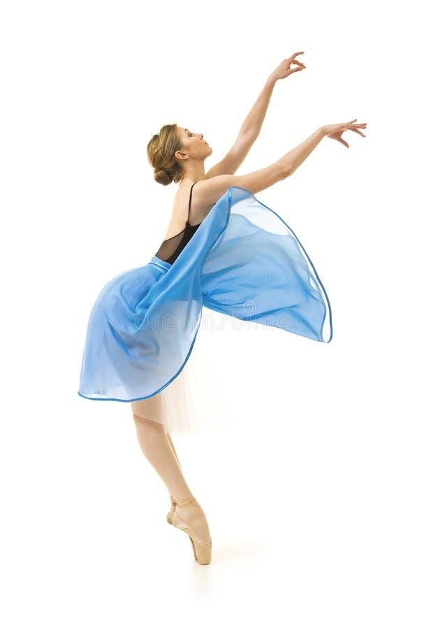 Meisje in een blauwe rok en een zwart ballet van de maillotdans stock foto's