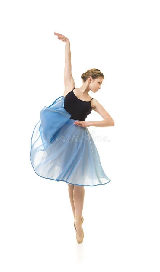 Meisje in een blauwe rok en een zwart ballet van de maillotdans royalty-vrije stock foto