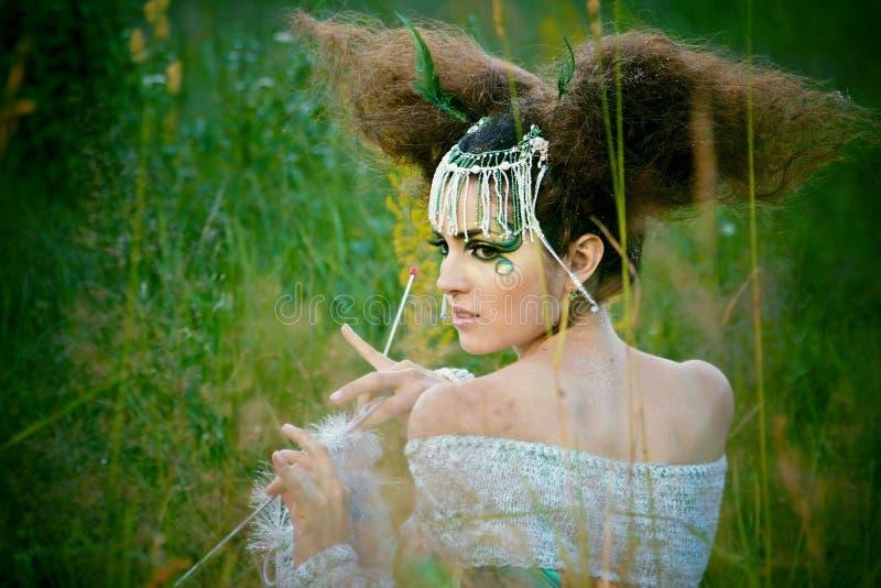 Meisje in een bos stock afbeeldingen