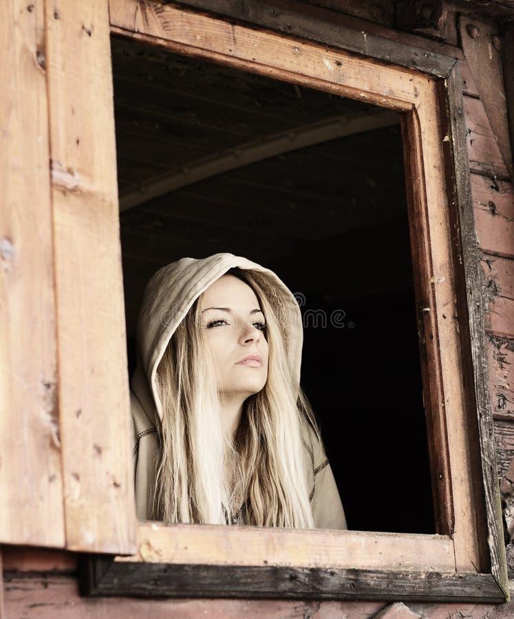 Meisje in een cabine stock fotografie