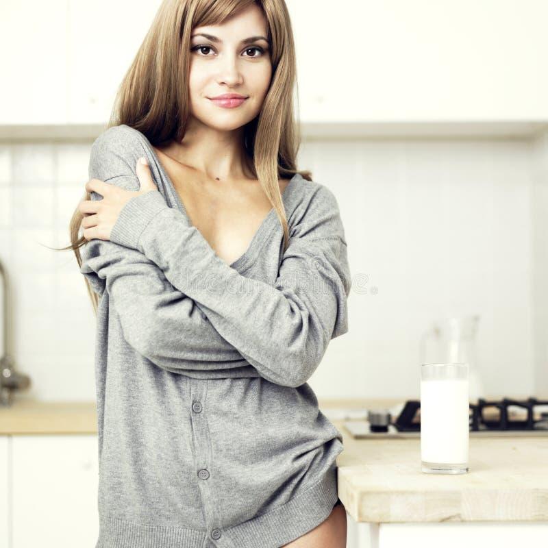 Meisje in een comfortabele keuken royalty-vrije stock foto