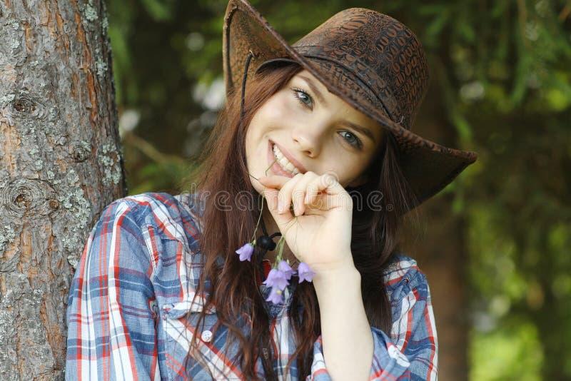 Meisje in een cowboyhoed royalty-vrije stock foto