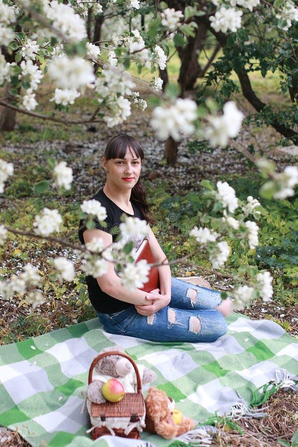 Download Meisje In Een De Bloemtuin Van De De Lenteappel Stock Afbeelding - Afbeelding bestaande uit weinig, bloesem: 107707589