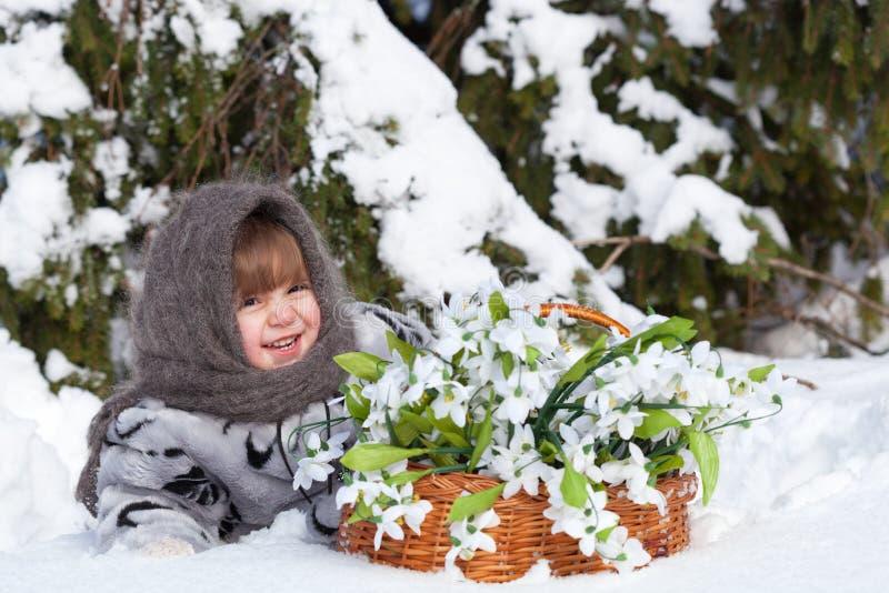 Meisje in een de winterhout royalty-vrije stock foto