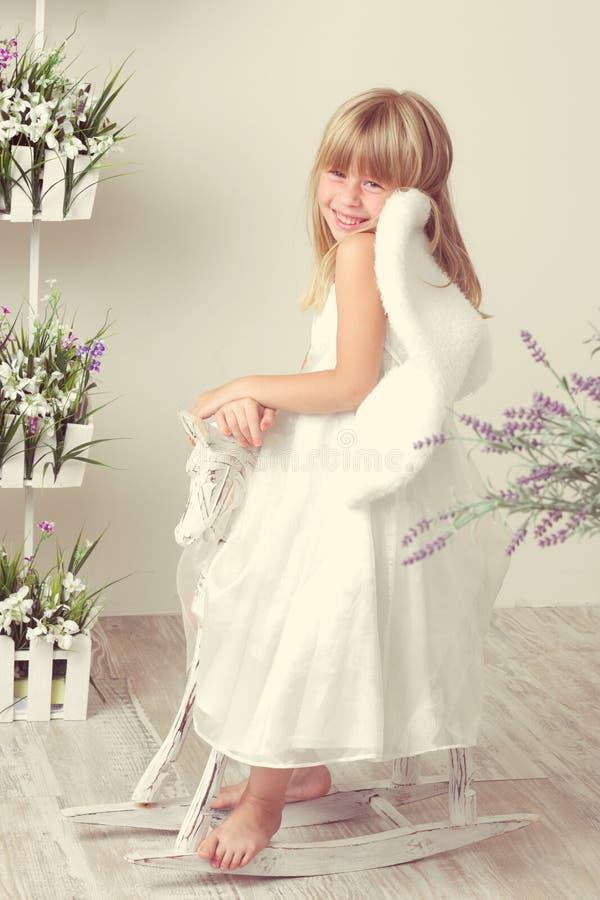 Meisje in een engelenkleding royalty-vrije stock fotografie