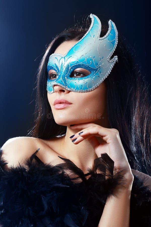 Meisje in een geheimzinnig masker royalty-vrije stock afbeeldingen