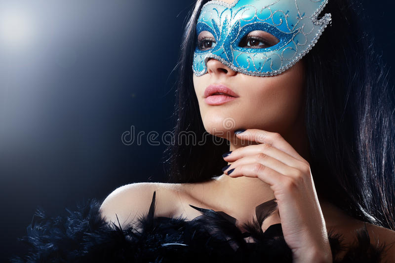 Meisje in een geheimzinnig masker stock afbeelding