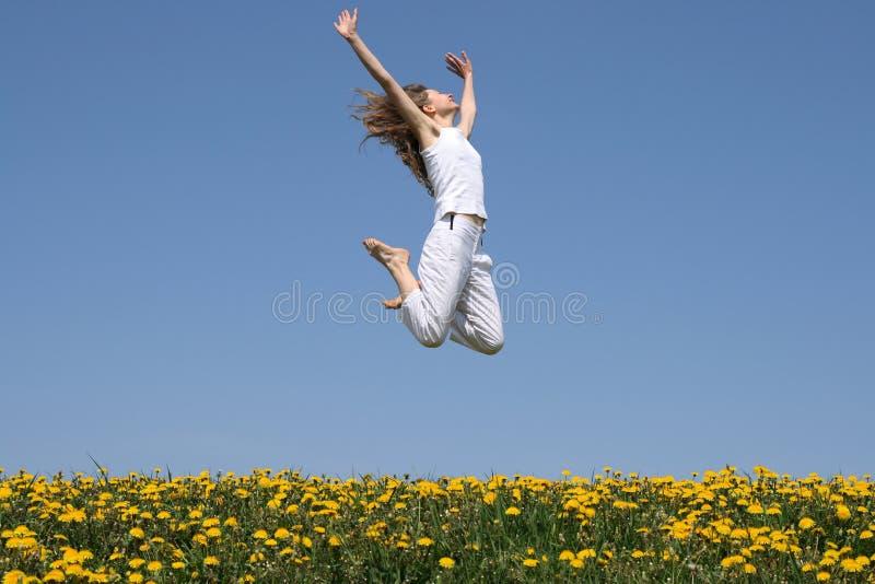 Meisje in een gelukkige sprong stock foto's