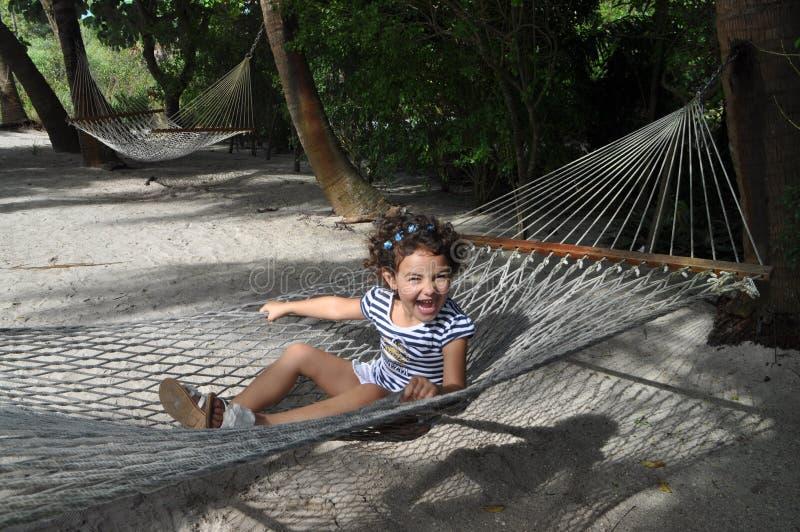 Meisje in een hangmat stock fotografie