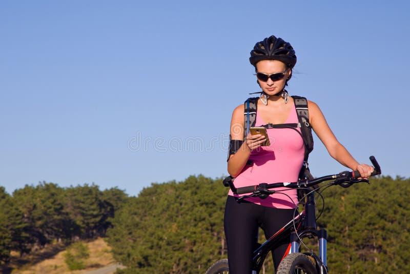 Meisje in een helm op een fiets royalty-vrije stock fotografie