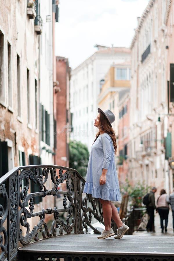 Meisje in een hoed en kleding in Venetië royalty-vrije stock foto's