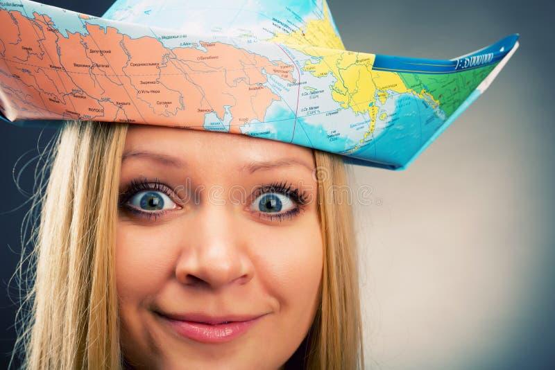 Meisje in een hoed van kaart stock foto
