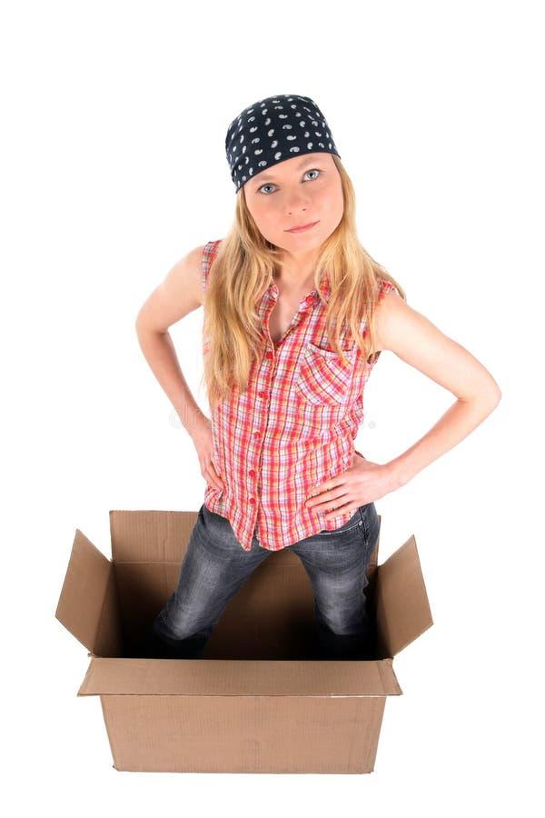 Meisje in een kartondoos, die omhoog eruit ziet royalty-vrije stock afbeeldingen