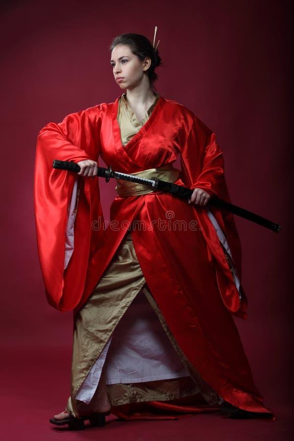 Meisje in een kimono met een katana royalty-vrije stock afbeeldingen