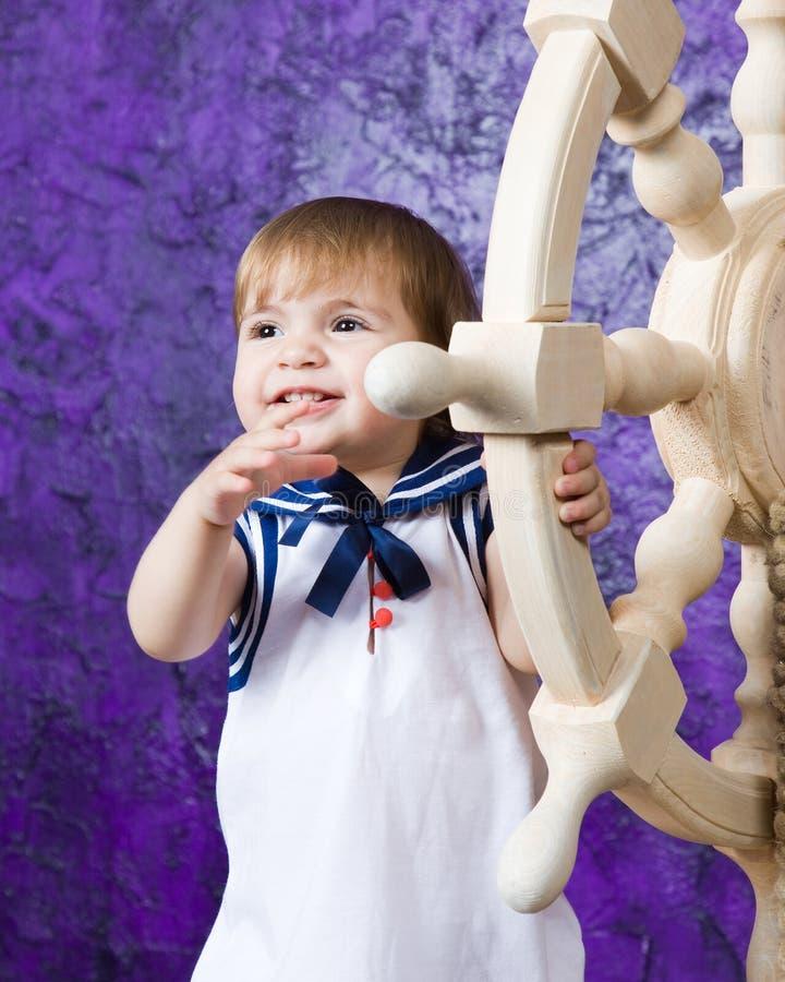 Meisje in een kleding in de stijl van de zeeman royalty-vrije stock afbeelding