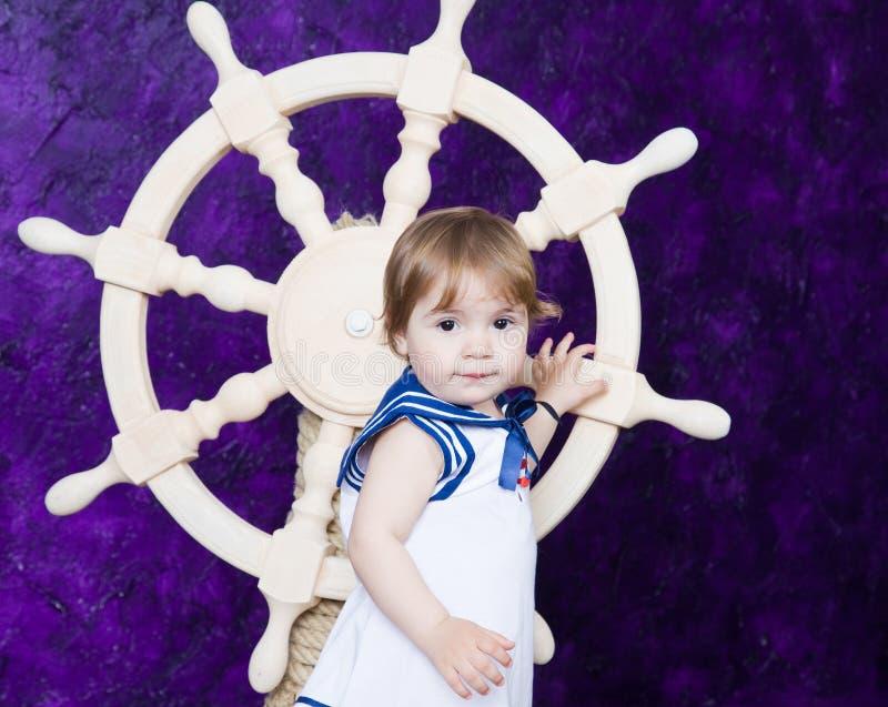 Meisje in een kleding in de stijl van de zeeman royalty-vrije stock fotografie