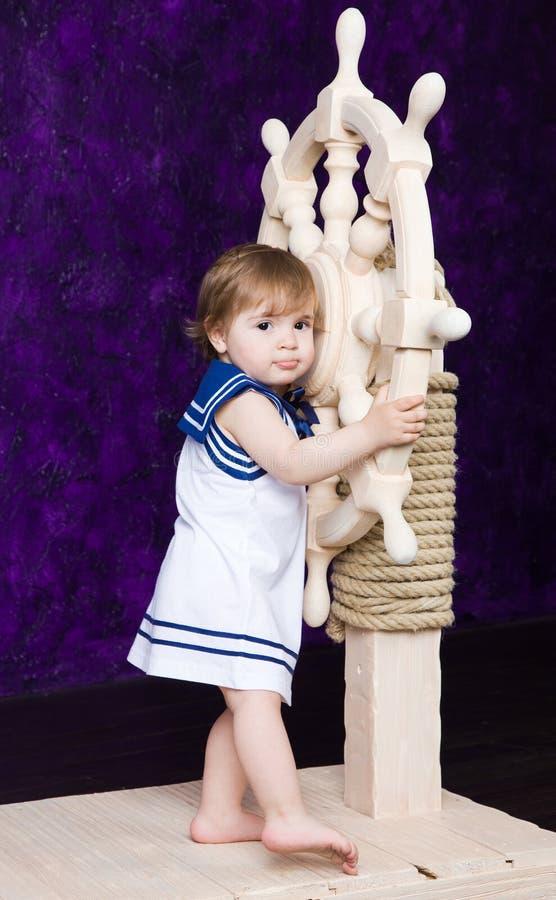 Meisje in een kleding in de stijl van de zeeman stock afbeelding