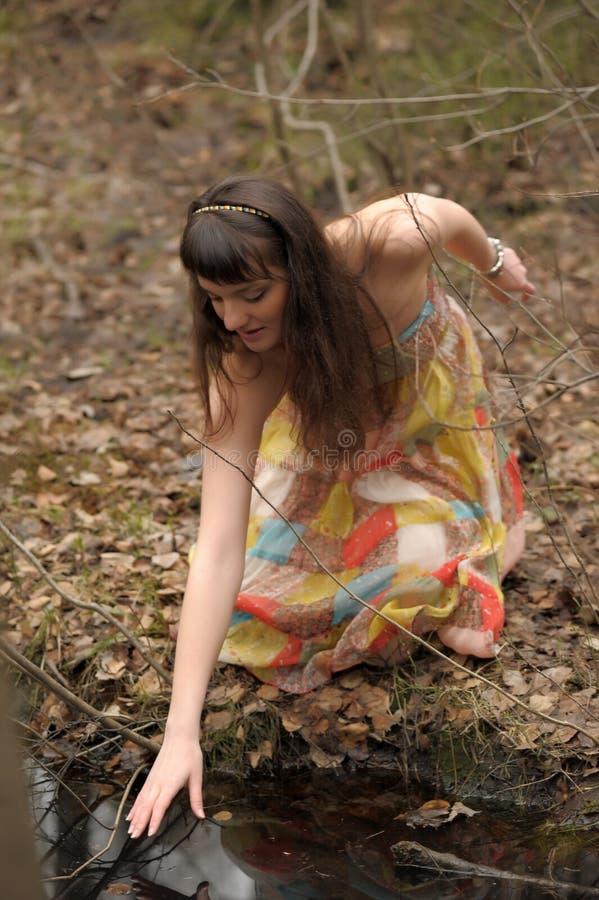 Meisje in een kleding in een dicht bos stock afbeelding