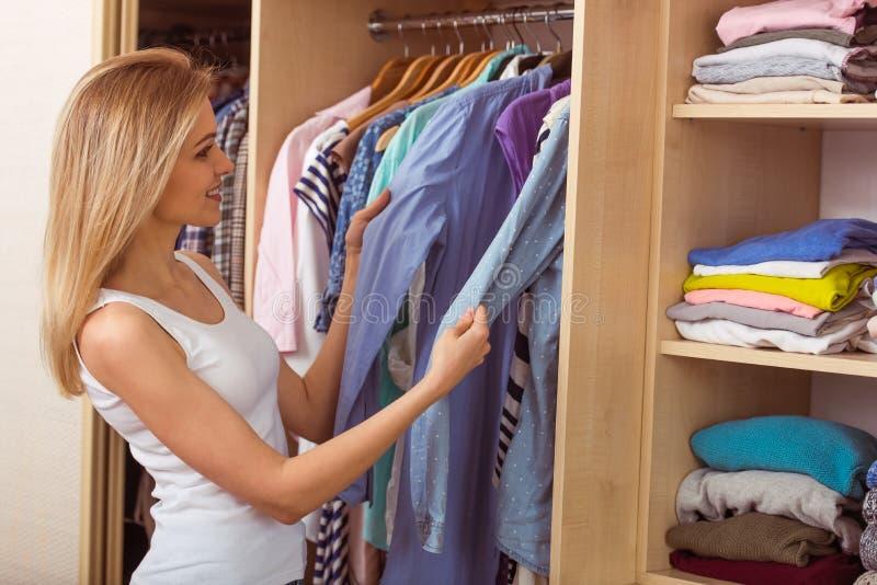 Meisje in een kleedkamer stock afbeelding