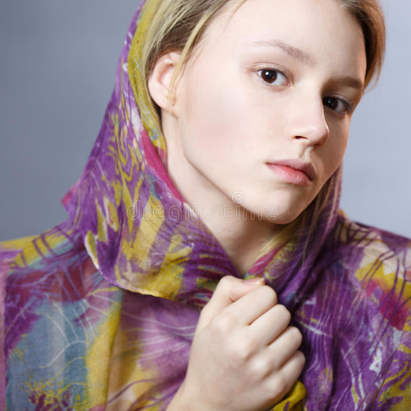 Meisje in een kleurrijke sjaal royalty-vrije stock foto