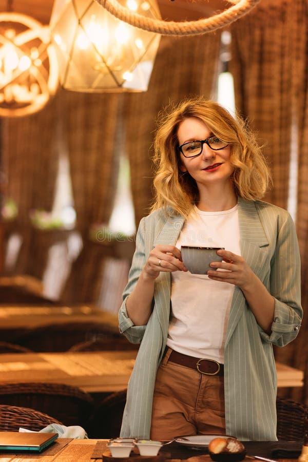 Meisje in een koffie stock fotografie
