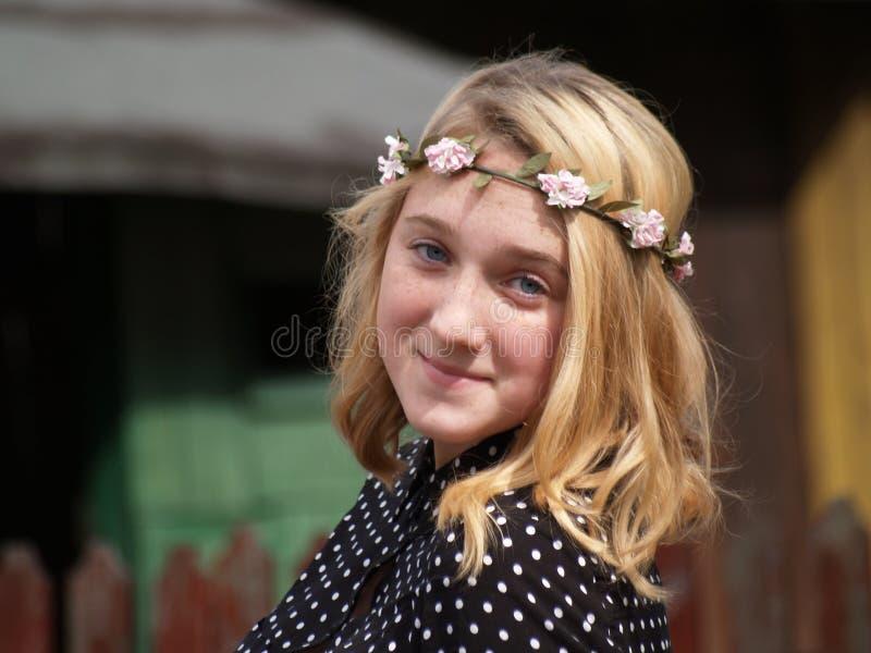 Meisje in een kroon van bloemen op haar hoofd royalty-vrije stock afbeeldingen