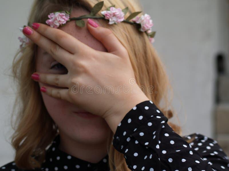 Meisje in een kroon van bloemen op haar hoofd stock afbeeldingen