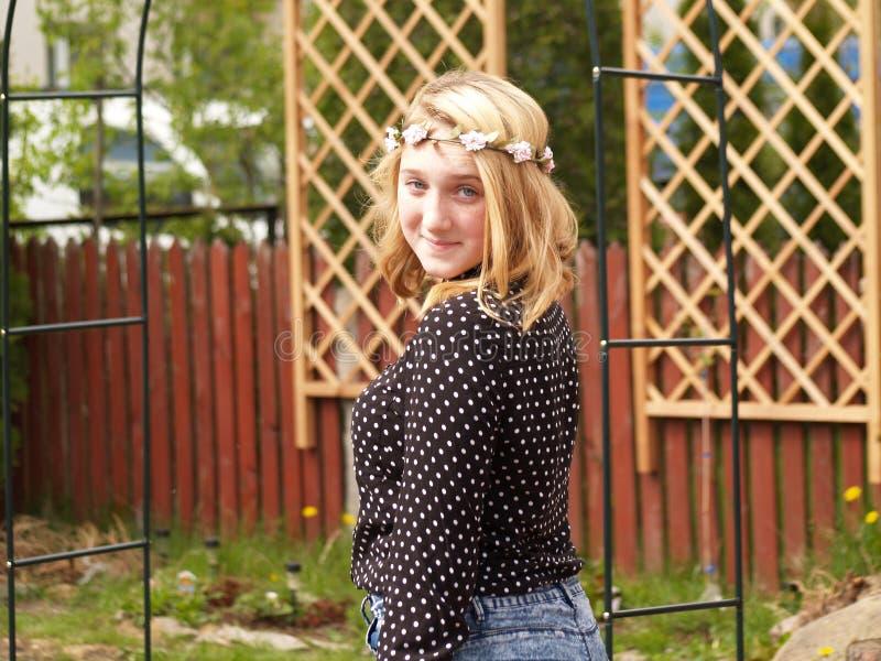 Meisje in een kroon van bloemen op haar hoofd royalty-vrije stock afbeelding