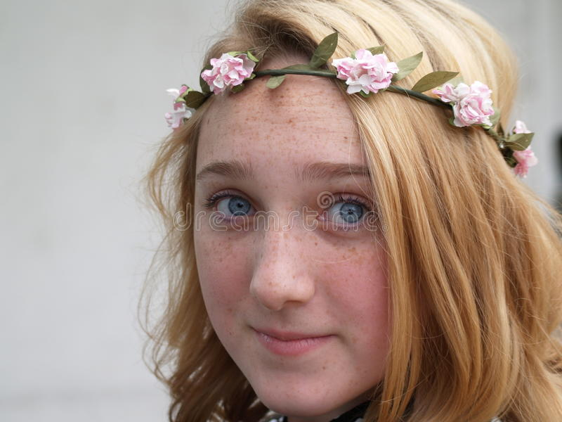 Meisje in een kroon van bloemen op haar hoofd royalty-vrije stock fotografie