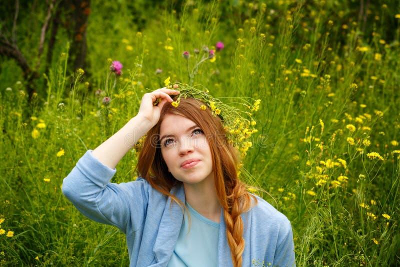 Meisje in een kroon van wildflowers Het glimlachen royalty-vrije stock afbeeldingen