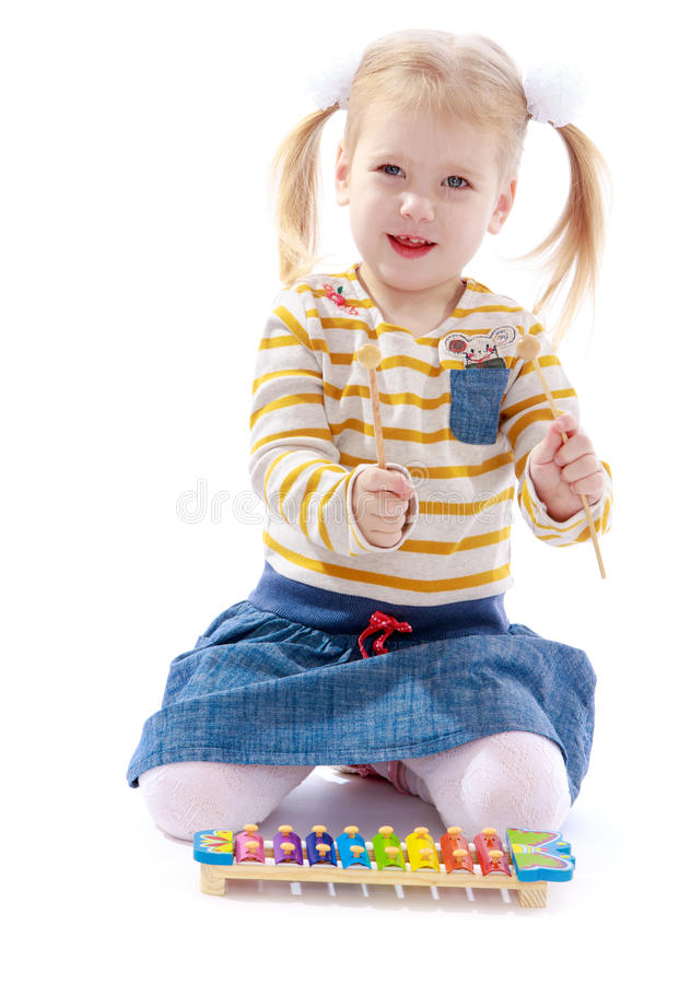 Meisje in een Montessori-milieu royalty-vrije stock afbeelding
