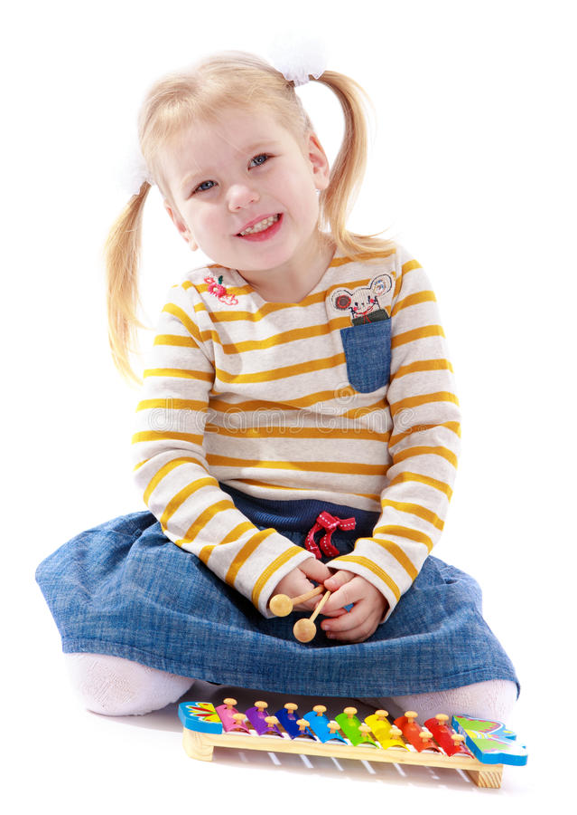 Meisje in een Montessori-milieu stock afbeeldingen