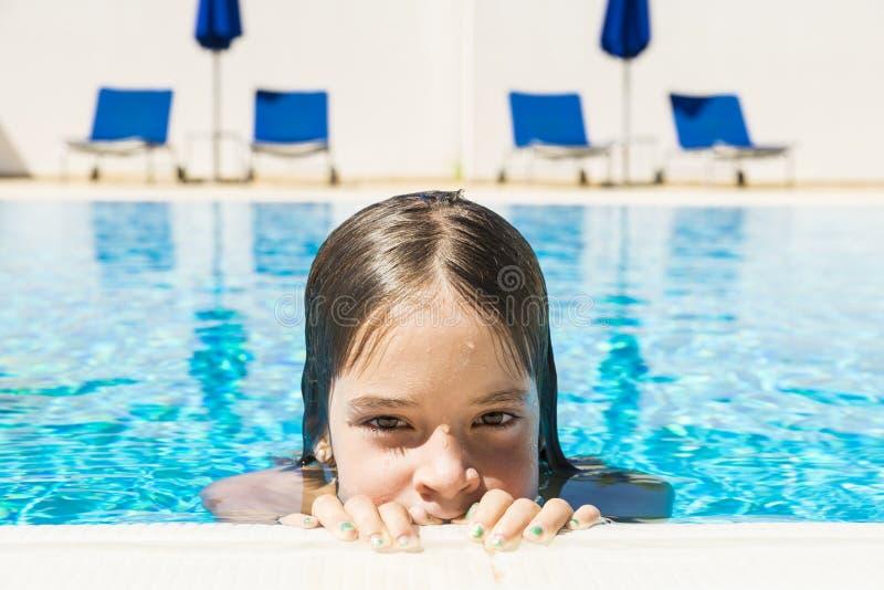 Meisje in een openluchtpool royalty-vrije stock afbeeldingen
