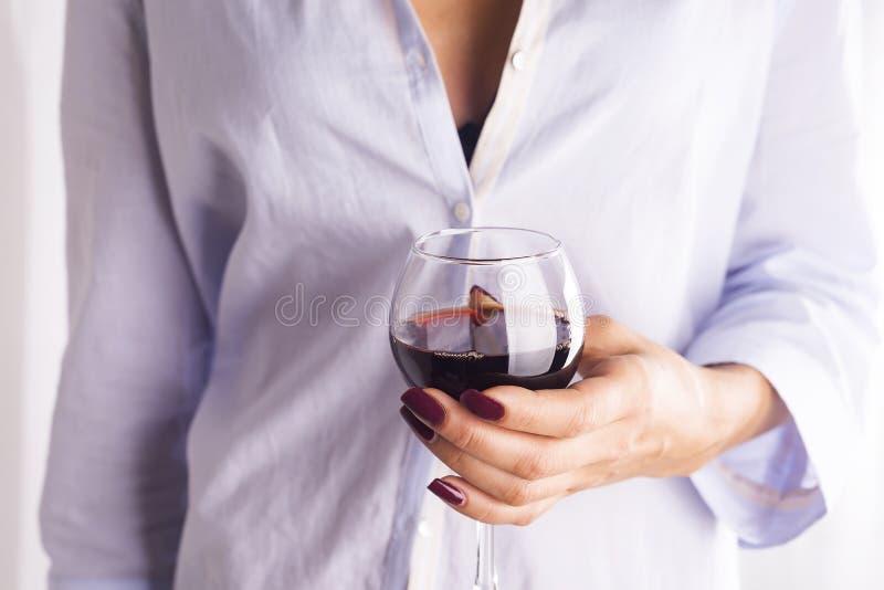 Meisje in een overhemd met een glas rode wijn royalty-vrije stock afbeeldingen