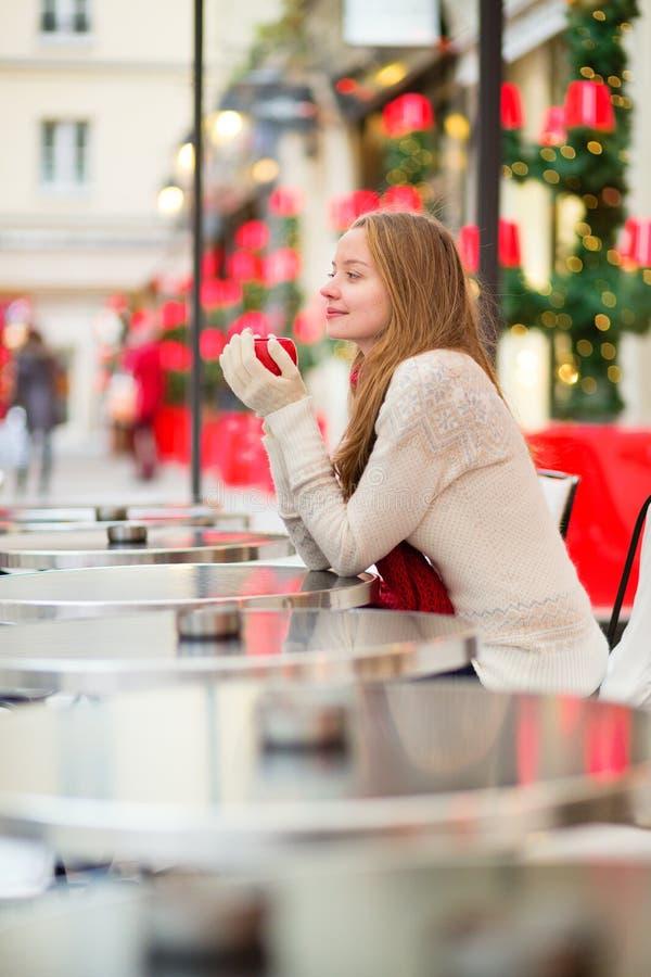 Meisje in een Parijse koffie stock fotografie