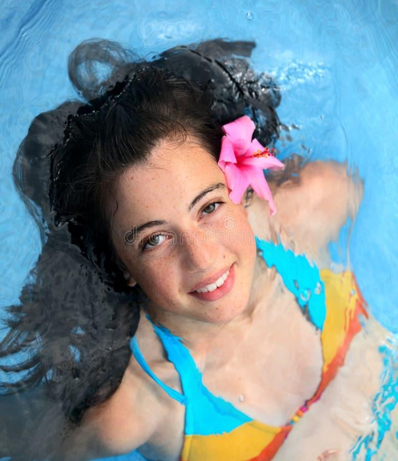 Meisje in een pool stock afbeelding