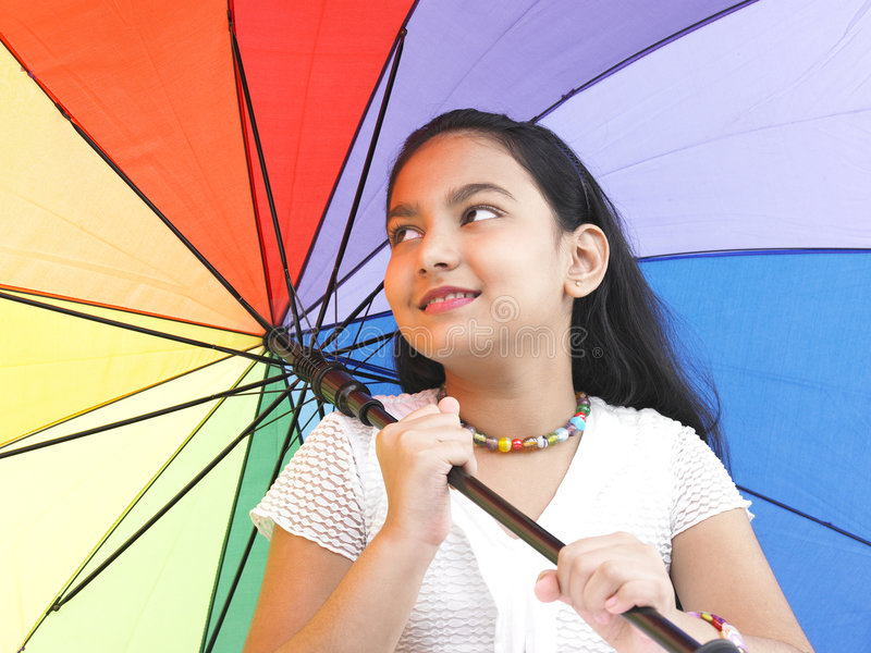 Meisje een regenboogparaplu royalty-vrije stock afbeelding