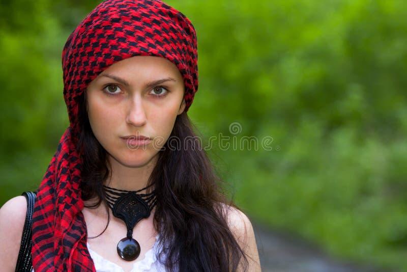 Meisje in een rode hoofddoek royalty-vrije stock afbeelding