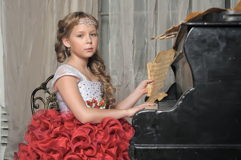 Meisje in een slimme rode zieke witte kleding stock fotografie