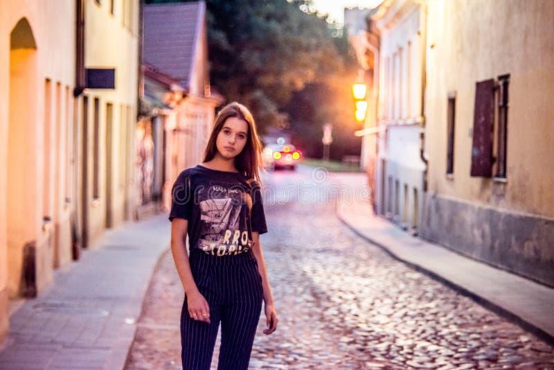 Meisje in een straat, alleen stock fotografie