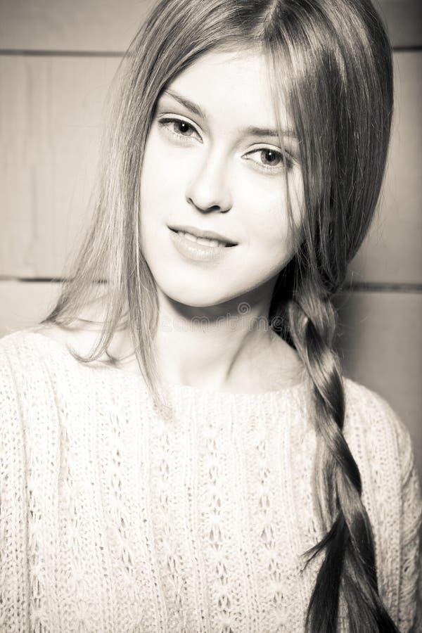 Meisje in een sweater tegen de achtergrond van cardboar royalty-vrije stock fotografie