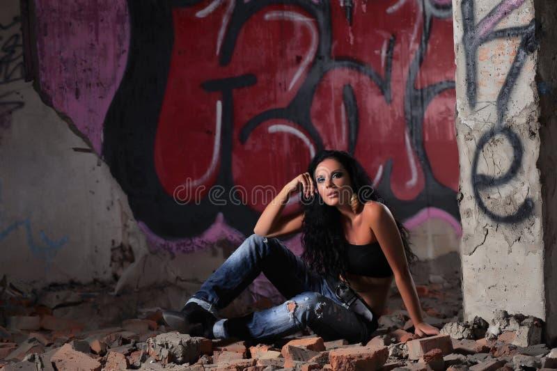 Meisje in een verlaten gebouw stock fotografie