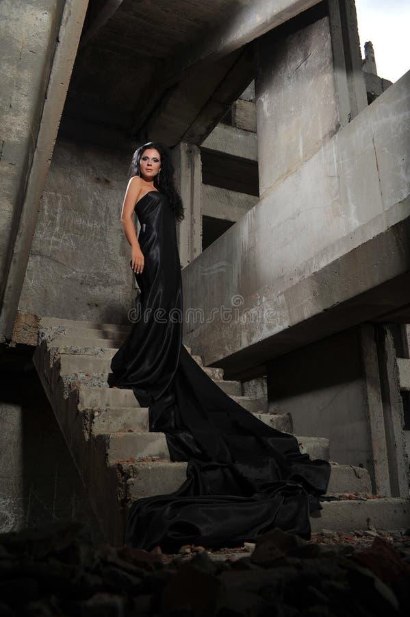 Meisje in een verlaten gebouw stock foto's