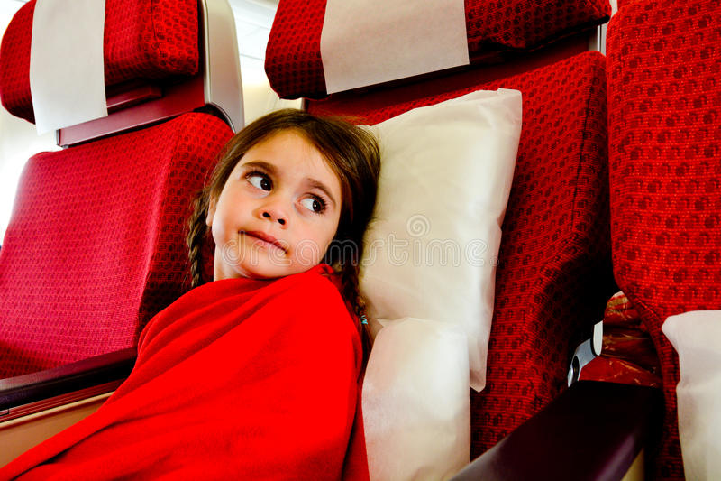 Meisje in een vliegtuig wordt doen schrikken om te vliegen - het vliegen fobie die royalty-vrije stock foto