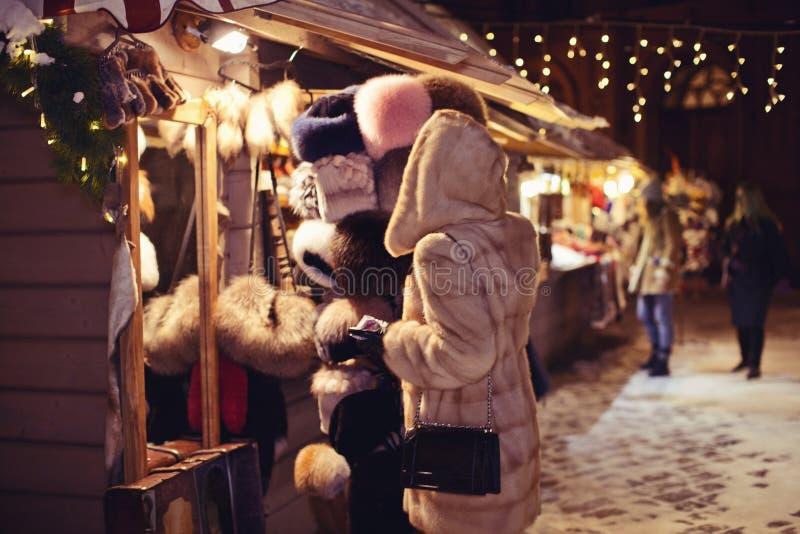 Meisje in een warme bontnertsmantel die Kerstmis het winkelen doen royalty-vrije stock foto