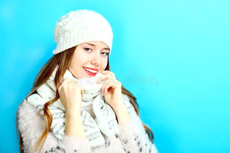 Meisje in een warme sjaal en een GLB royalty-vrije stock afbeelding