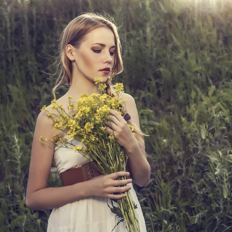 meisje in een wild bos stock foto's